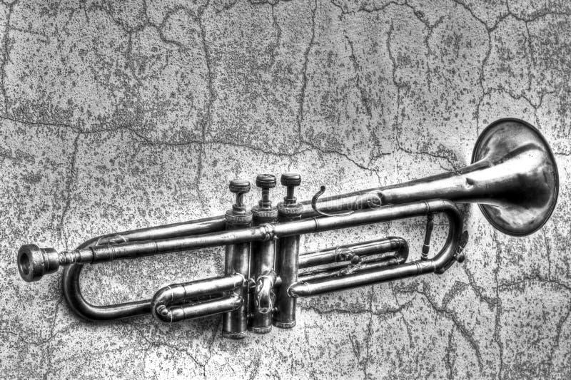 Uma trombeta velha em uma parede rachada velha ilustração royalty free