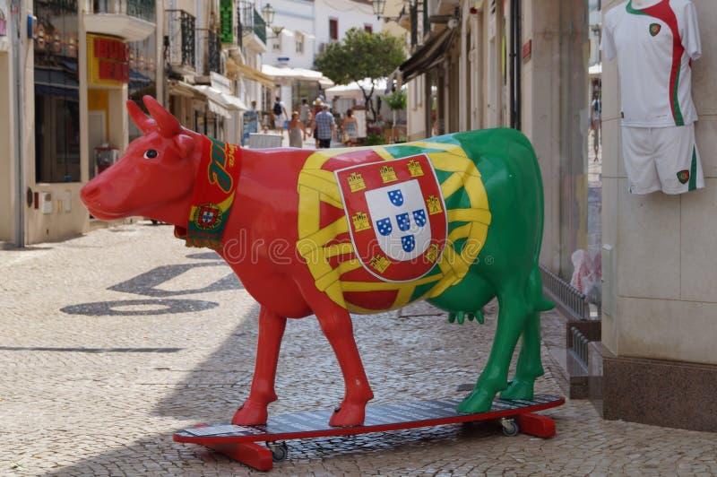 Uma vaca vestiu-se nas cores da bandeira portuguesa - Portugal fotografia de stock royalty free