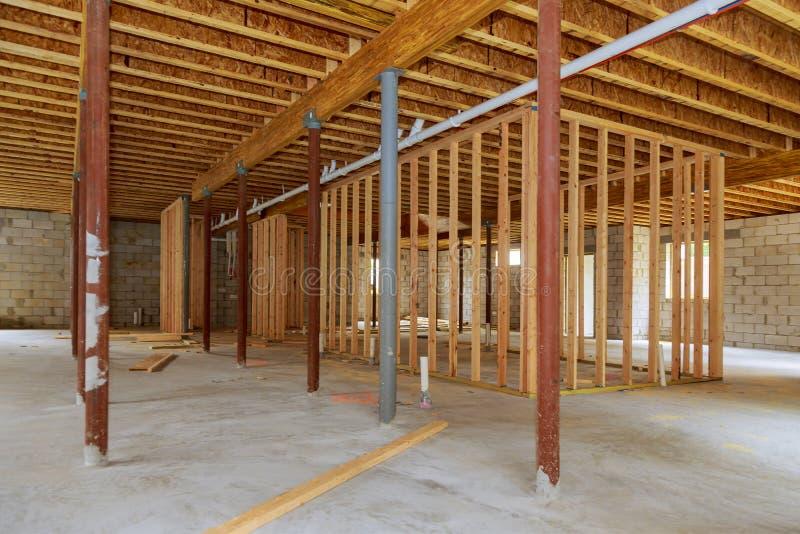 Uma vara nova construiu a renovação interior do porão da construção imagens de stock