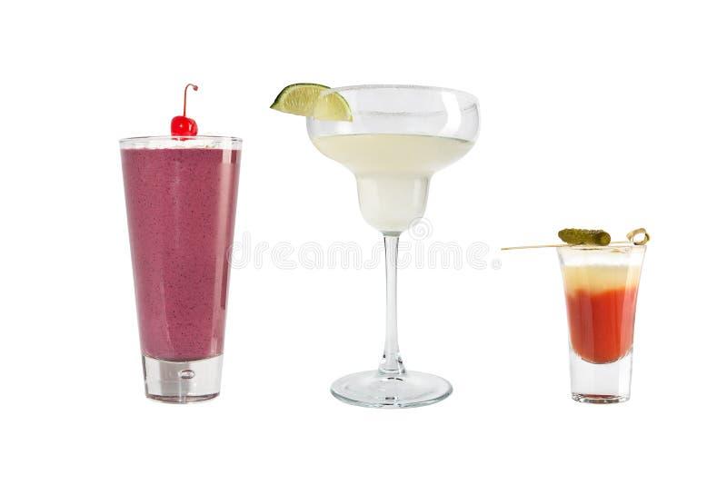 Uma variedade de bebidas alcoólicas, bebidas e cocktail em um fundo branco Três bebidas diferentes imagens de stock royalty free