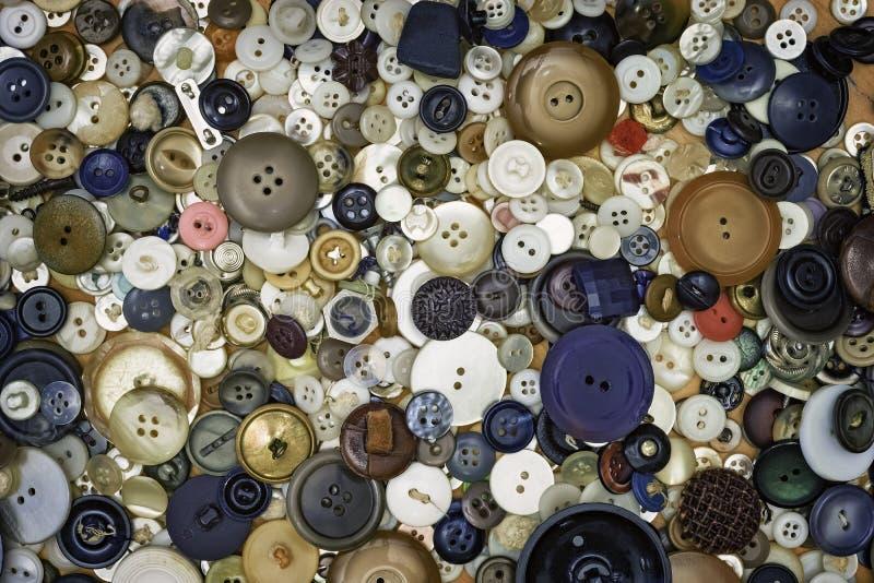 Uma variedade de botões velhos do vintage em vários tamanhos fotos de stock