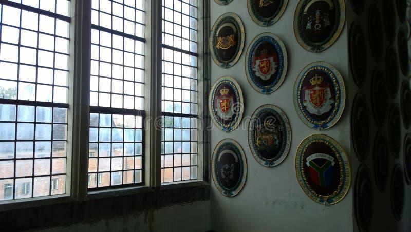 Uma variedade de brasões na parede em Frederiksborg fortificam foto de stock royalty free