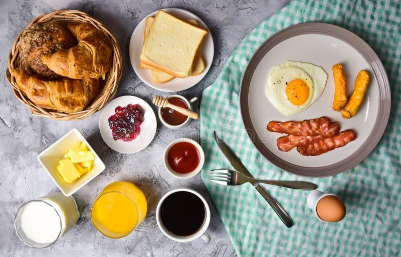Uma variedade de cafés da manhã fotografia de stock royalty free