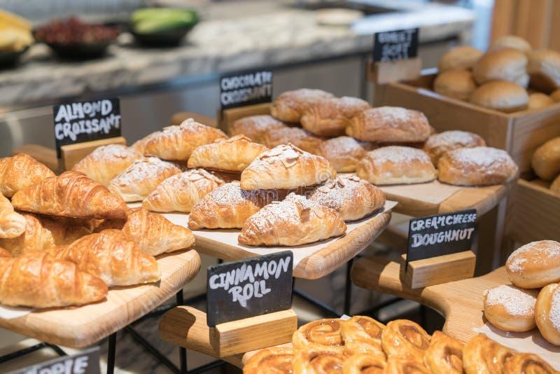 Uma variedade de croissant fresco caseiro no café da manhã do hotel de luxo imagens de stock royalty free