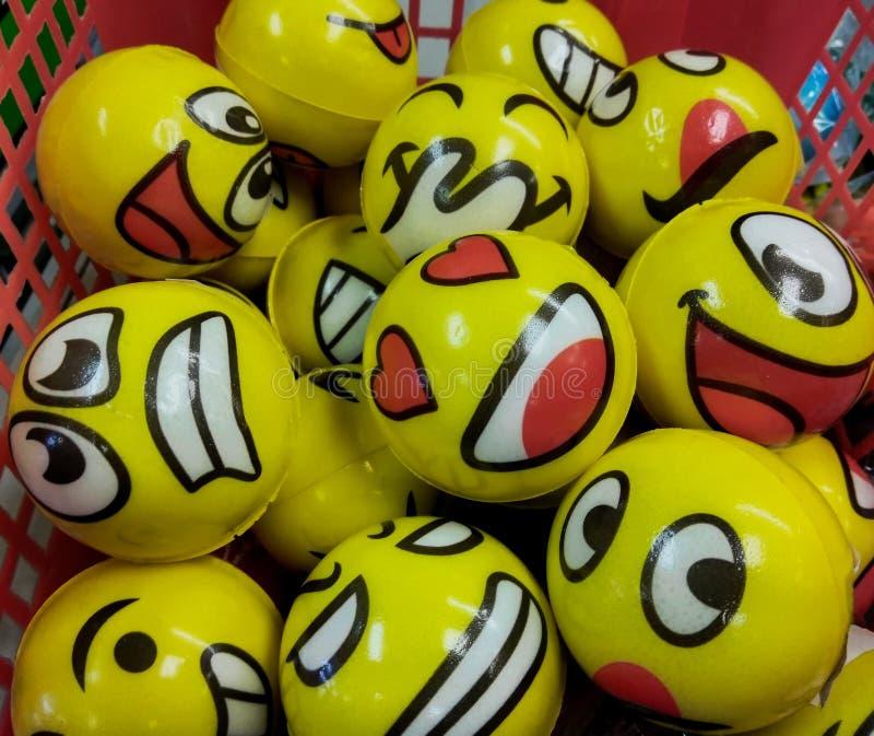 Uma variedade de Emoji enfrenta em bolas amarelas em uma cesta em uma loja de novidade em New-jersey, uso editorial fotografia de stock royalty free
