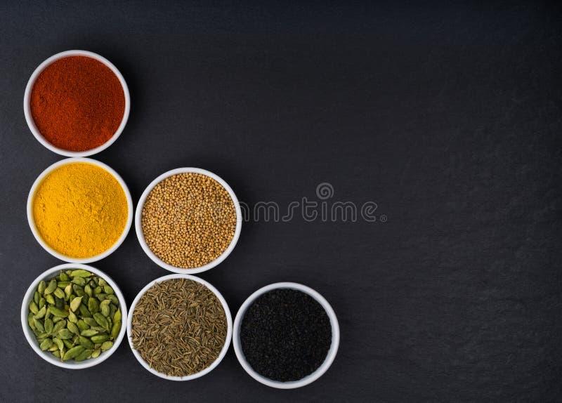 Uma variedade de especiarias do asiático na opinião superior das bacias cerâmicas fotos de stock royalty free