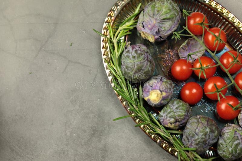 Uma variedade de produtos hortícolas frescos, de couros, cogumelos, pimentos, cenouras, tomates, pimentos verdes Shishito, piment fotos de stock royalty free