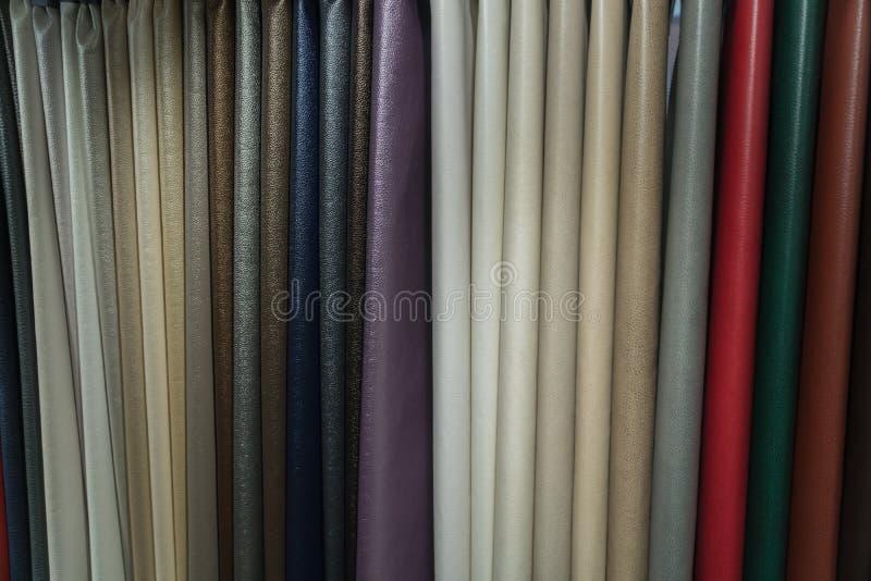 Uma vasta seleção das telas de couro na loja fotografia de stock royalty free