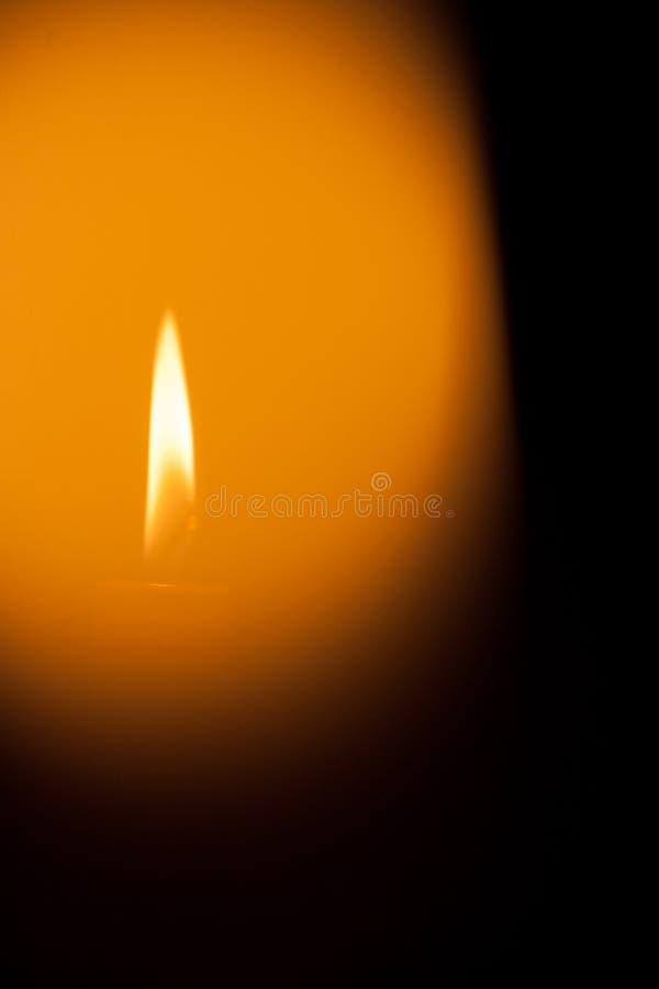 Uma vela ardente na noite Símbolo da vida, o amor e a luz, a proteção e o calor Chama de vela que incandesce em um fundo escuro imagens de stock