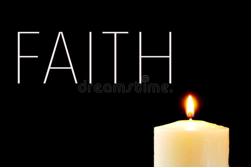 Uma vela iluminada e a fé da palavra fotografia de stock
