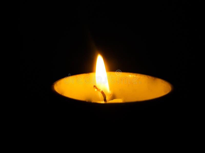 Uma vela iluminará a escuridão fotografia de stock