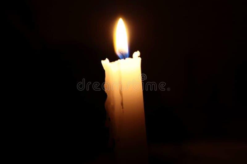 Uma vela na noite fotografia de stock royalty free