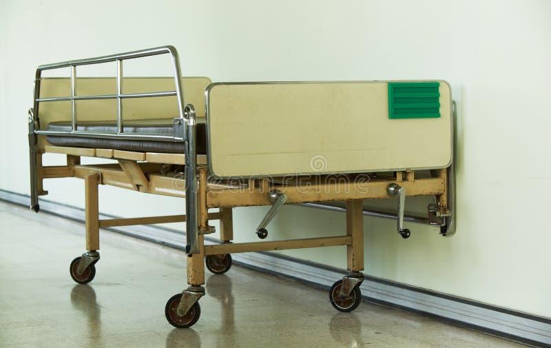 Uma velha cama de paciente vazia no hospital fotografia de stock royalty free