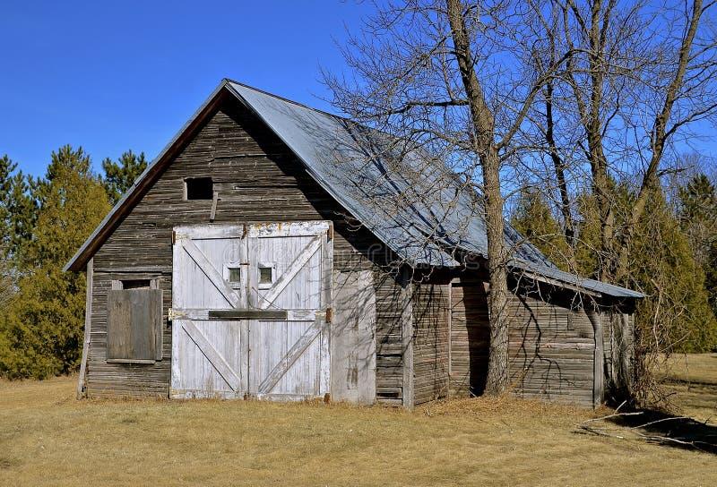 Uma vertente ou uma garagem resistida velha foto de stock royalty free