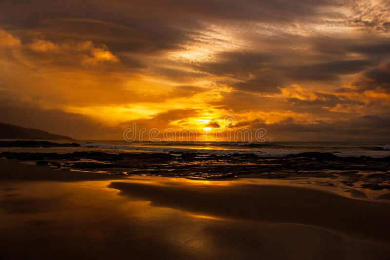 uma vez em um nascer do sol bonito do tempo da vida sobre o Oceano ?ndico, as ondas est?o quebrando na grande estrada do oceano,  foto de stock royalty free