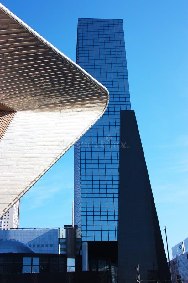Uma viagem à Holanda em um dia ensolarado bonito Caminhada no quadrado da estação central de Rotterdam que admira o céu azul e ge imagens de stock