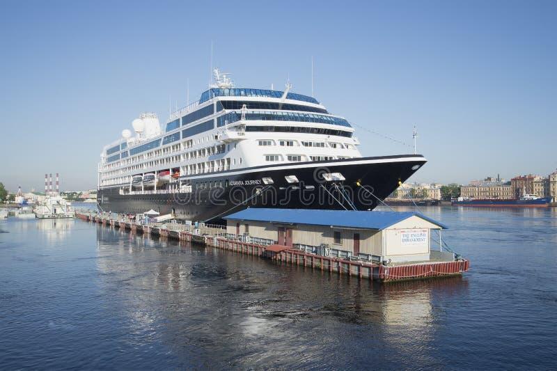 Uma viagem de cinco estrelas de Azamara do navio um a manhã do verão St Petersburg imagens de stock royalty free