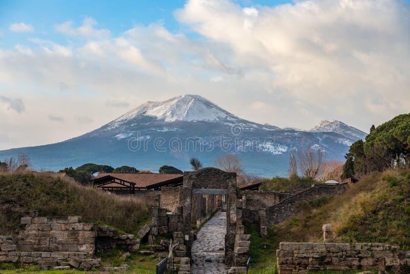 Uma viagem fascinante com as ru?nas da cidade antiga de Pompeii, It?lia foto de stock
