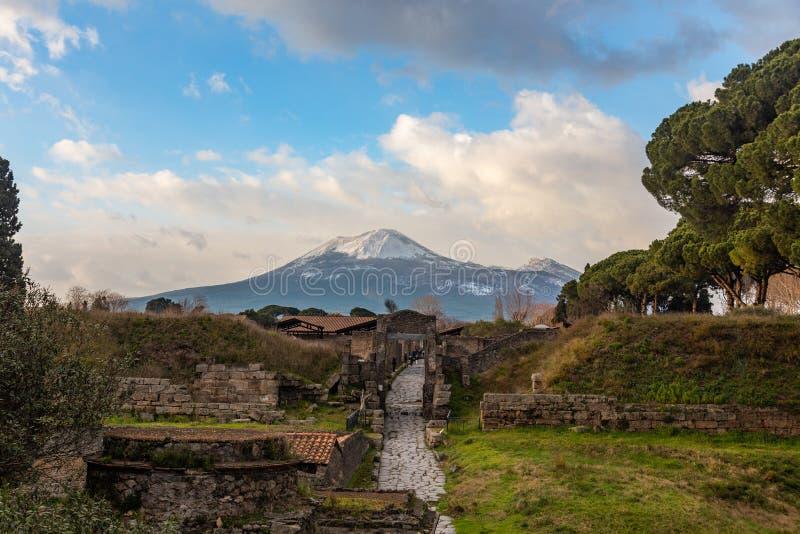 Uma viagem fascinante com as ru?nas da cidade antiga de Pompeii, It?lia imagens de stock