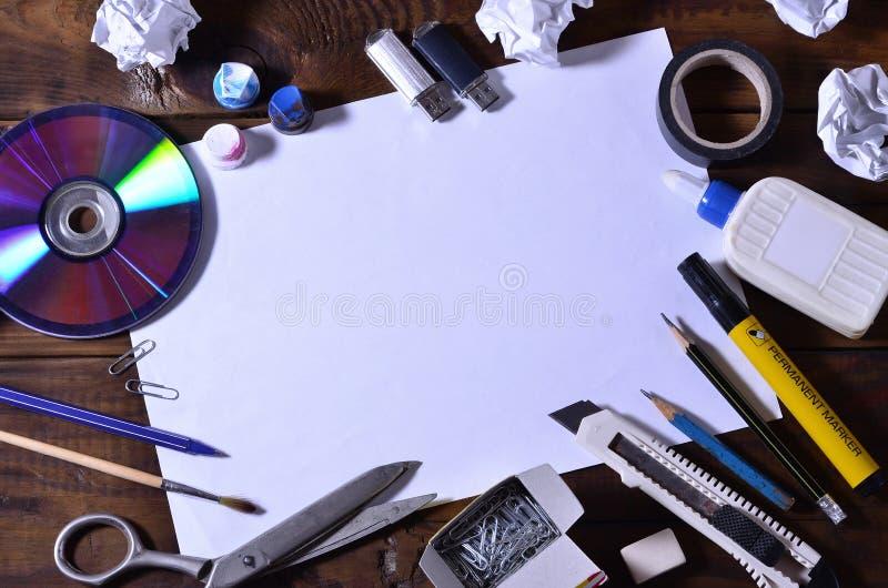 Uma vida da escola ou do escritório ainda com uma folha de papel vazia branca e muitos materiais de escritório As fontes de escol foto de stock royalty free