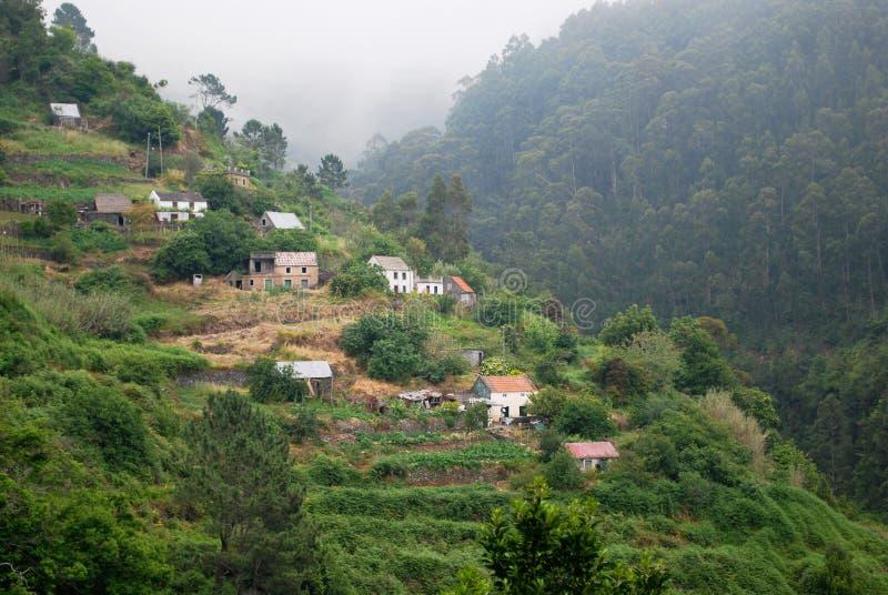 Uma vila no console de Madeira fotografia de stock