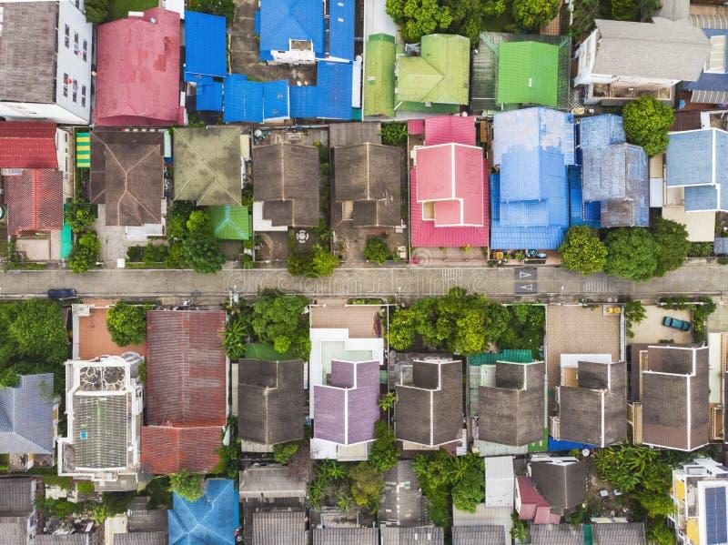 Uma visão aérea de cima para baixo sobre a altitude elevada da favela, um povoamento urbano informal, caracterizado por habitaçõe fotografia de stock