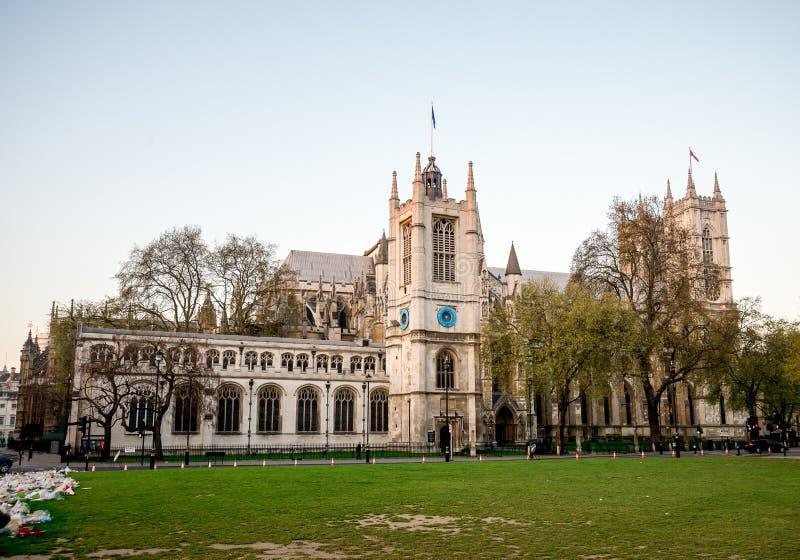 Uma vista à igreja do ` s de St Margaret do jardim do quadrado do parlamento cedo na manhã em Westminster, Londres fotos de stock royalty free