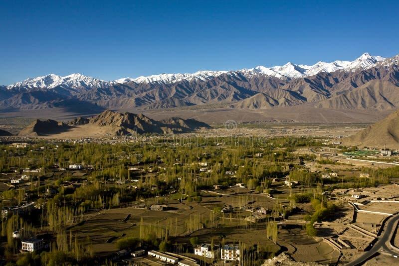 Uma vista aérea do vale de Leh, Ladakh, Jammu e Caxemira, Índia imagens de stock