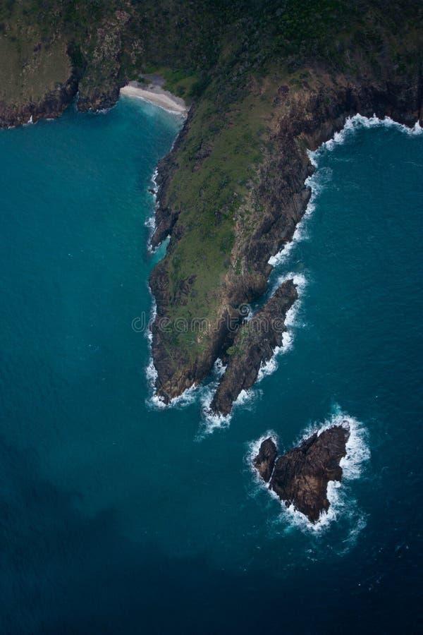 Uma vista aérea em uma ilha e em uma ilha coração-dada forma pequena da rocha nos domingos de Pentecostes em Austrália fotos de stock