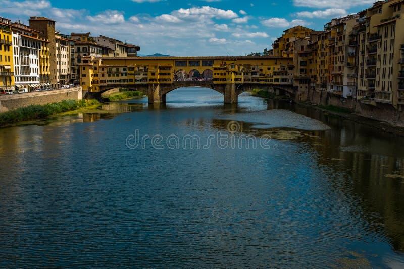 Uma vista abaixo de Arno River em Florença ao Ponte famoso Vecchio, esta ponte era única não destruída dentro foto de stock royalty free