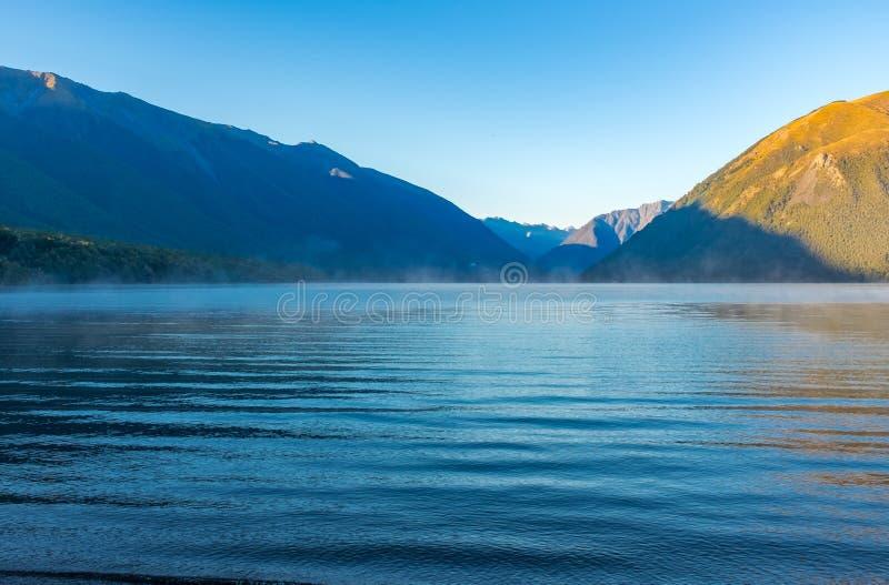 Uma vista abaixo do lago incredibly bonito Rotoiti cercado por montanhas que é parte de Nelson Lakes National Park imagens de stock royalty free