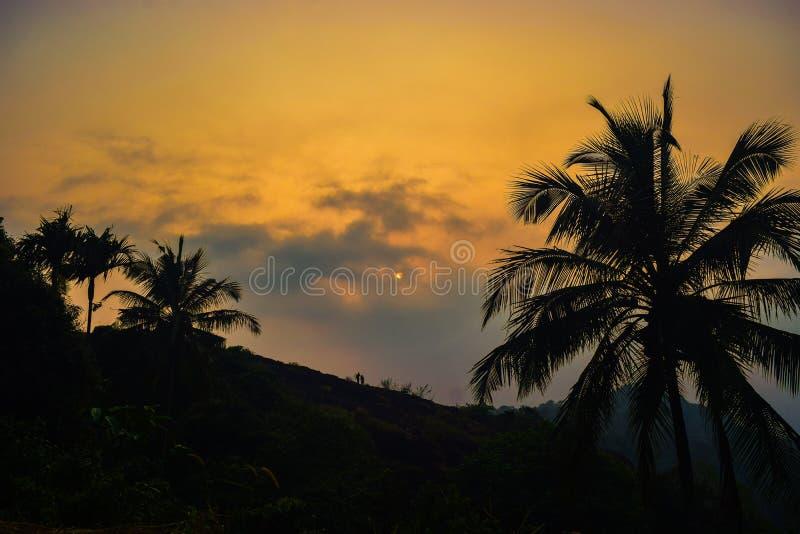 Uma vista agradável do sol da noite foto de stock royalty free