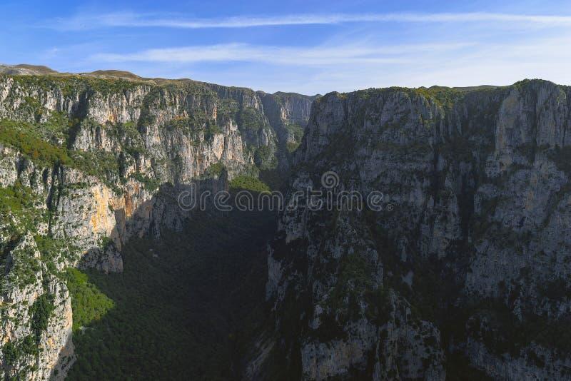 Uma vista ao desfiladeiro o mais profundo na terra fotografia de stock