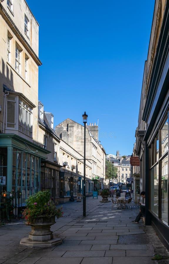 Uma vista ao longo das lojas, dos restaurantes e dos negócios do boutique nesta rua pedestrianised fotos de stock royalty free