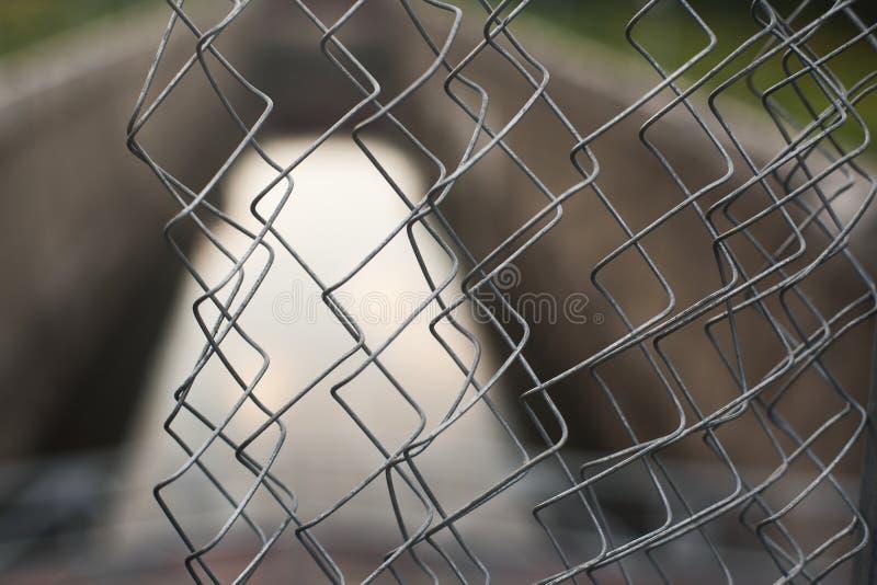 Uma vista através da cerca do ferro fotografia de stock