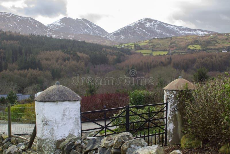 Uma vista através de um do muitos neve cobriu montes e vales das montanhas de Mourne no condado para baixo em Irlanda do Norte em fotos de stock royalty free