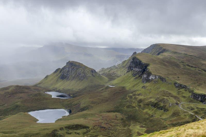 Uma vista através do Quiraing com a névoa que cobre a parte superior imagem de stock