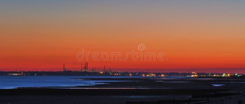 Uma vista através do Solent, refinaria de petróleo de Fawley imagens de stock