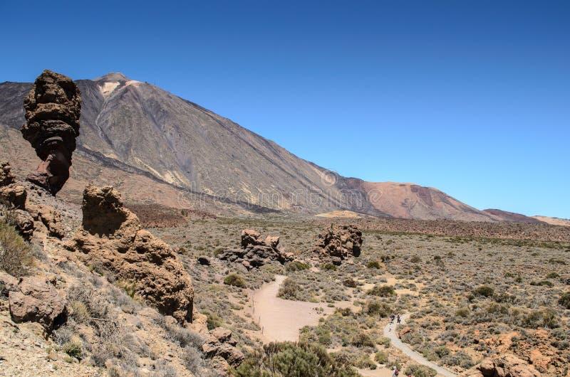 Uma vista atrav?s do campo de lava ao teide da plataforma de observa??o de Mirador Llano de Ucanca, Parque nacional de Teide, Ten foto de stock royalty free
