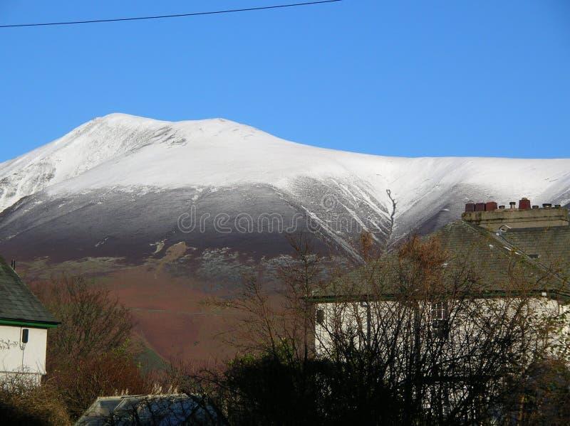 Uma vista bonita da neve em Cat Bells da beira do lago, Cumbria, Inglaterra imagem de stock royalty free