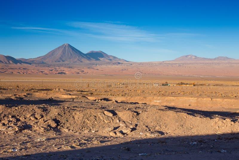 Uma vista bonita no licancabur do vulcão perto de San Pedro de Atacama, deserto de Atacama, o Chile fotografia de stock