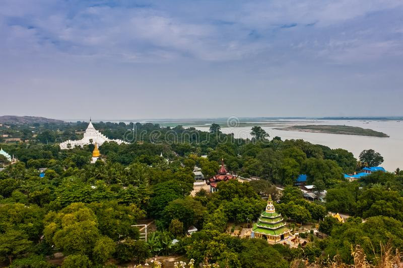 Uma vista cênico do pagode de Hsinbyume e do rio de Irrawaddy do Mingun Stupa, Mandalay, Myanmar foto de stock