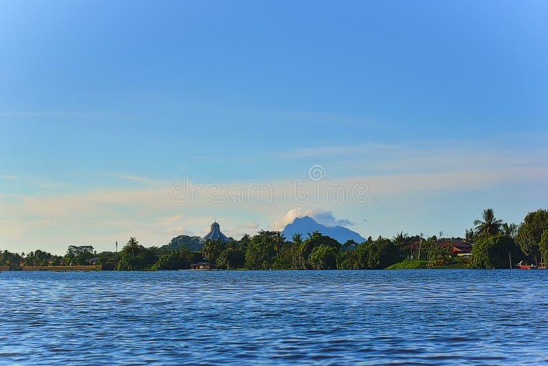 Uma vista c?nico do rio de Sarawak da montagem Santubong em Kuching, Sarawak fotografia de stock