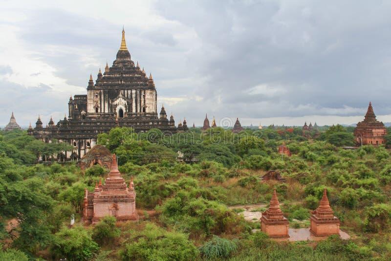 Uma vista cênico dos templos budistas em Bagan/Myanmar fotografia de stock royalty free