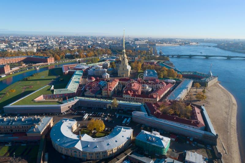 Uma vista da altura do Peter e do Paul Fortress, dia de outubro St Petersburg, Rússia fotos de stock royalty free