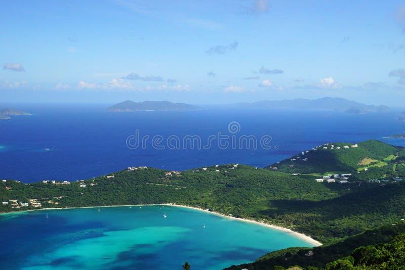 Uma vista da baía de Magens com a ilha de Jost Van Dyke BVI e de Tortola BVI no fundo imagem de stock royalty free