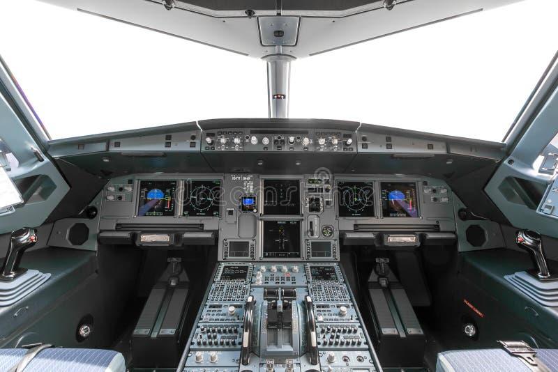 Uma vista da cabina do piloto de um grande avião comercial uma cabina do piloto t imagens de stock royalty free