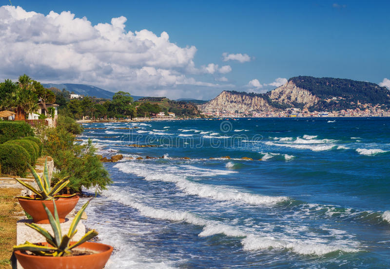 Uma vista da cidade de Zakynthos de Argassi, Grécia imagens de stock