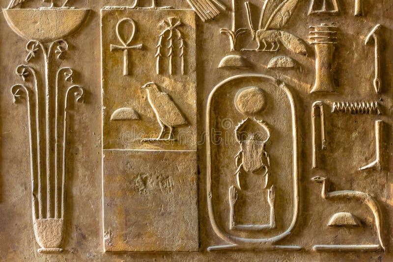 Uma vista da coluna com hieróglifos antigos no museu das antiguidade egípcias foto de stock