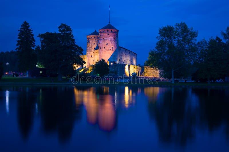Uma vista da fortaleza medieval de Olavinlinna da noite azul de agosto Savonlinna, Finlandia imagem de stock